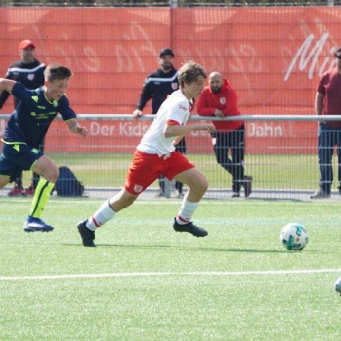 Der Jahn Regensburg sucht talentierte Nachwuchskicker, die sich künftig das Dress des Zweitligisten überstreifen wollen. Unser ehemaliger Jugendspieler Nico Schmatz führt beispielsweise die Jahn-U17 als Kapitän auf das Feld